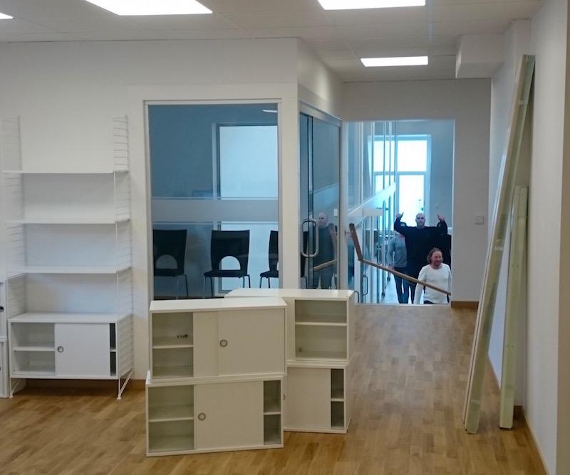 Andreas och Stefan är i full gång med att bära in möbler och utrustning i Alarmstreets nya lokal.