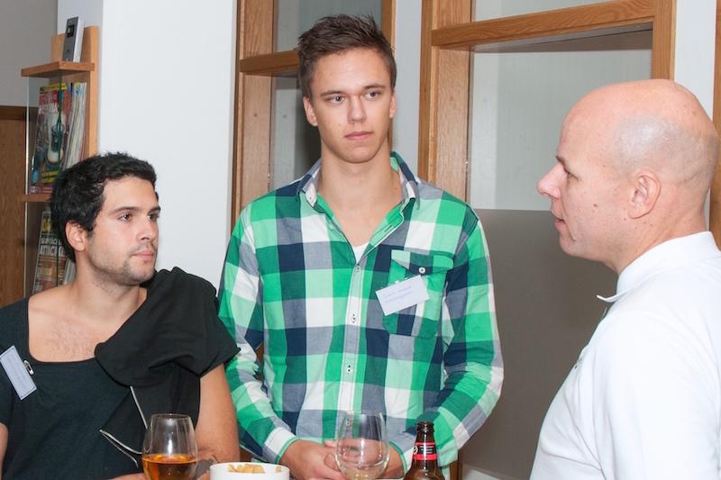 Luis Fernandes och Joakim Granlund från Teknikhögskolan samspråkar med Mats Gustafsson på Otimo.