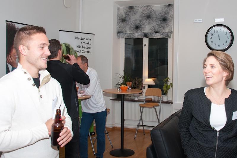 Mats Solheim från Kalmar FF umgås med tapetsören Anna Larsson. Anna som hjälpt oss på Otimo med att klä om våra stolar i våra nya Otimofärger.