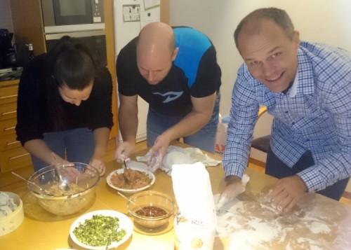 Sara, Mats och Martin är i full gång med att göra dumplings.